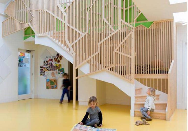 Trang trí cầu thang trường mầm non